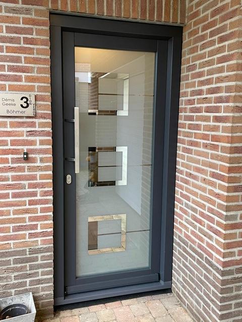 Kozijncenter Ede - kunststof kozijnen - trendy kunststof voordeur in Heelsum - buitenaanzicht